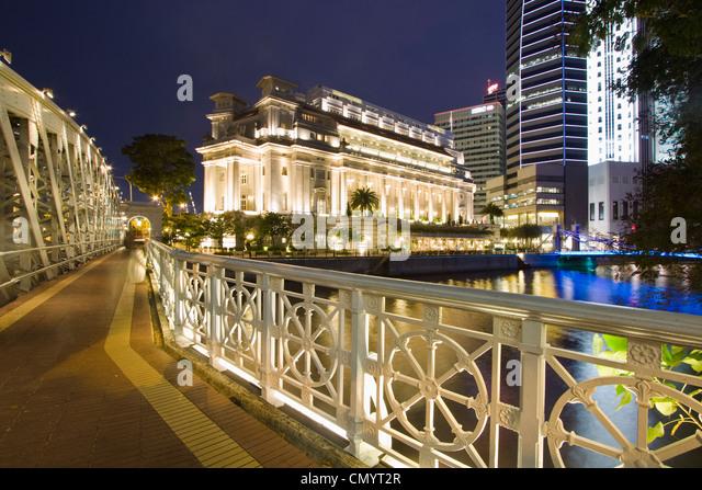 Cavenagh bridge, Fullerton Hotel, Skyline of Singapur, South East Asia, twilight Stock Foto