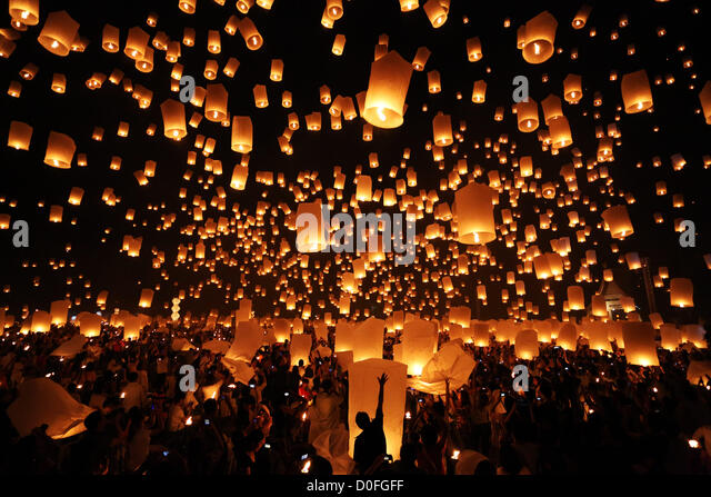 Chiang Mai, Thailand. 24th November 2012. Khom Loy Lanterns at the Yee Peng Sansai Floating Lantern Ceremony, part Stock Foto
