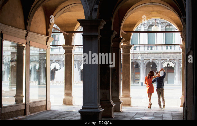Couple dancing in archway in Venice Stock Foto