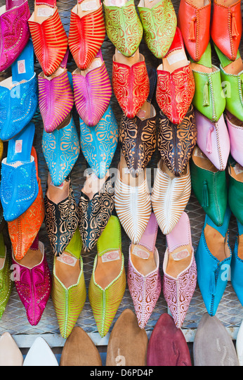 Colourful babouche for sale in thesouks in the old Medina, Place Djemaa El Fna, Marrakech, Morocco, North Africa, Stock Foto