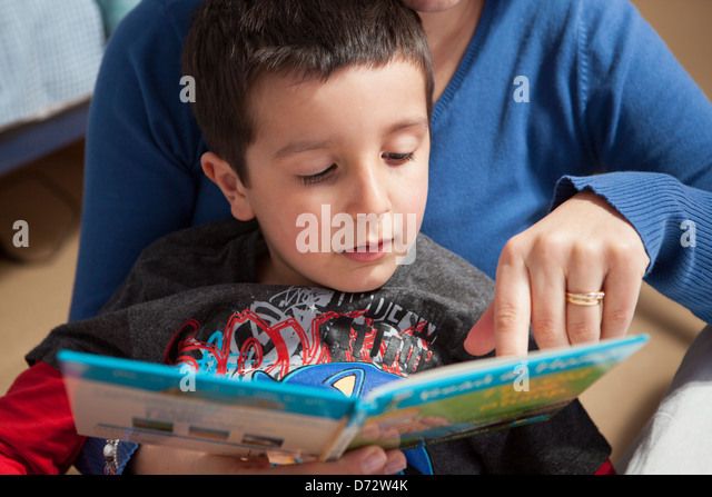 Mother helps child to read Stock Foto